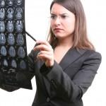 Neuromarketing und Marktforschung - Frau analysiert Gehirnscans
